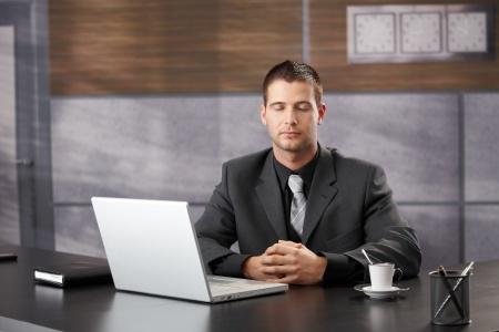 Top Manager in sitzender Meditation