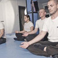 5 Personen bei der Meditation in Zürich
