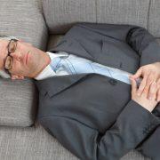 Manager in liegender Meditation